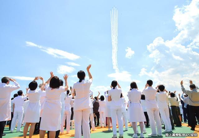 画像: ブルーインパルスが飛行する上空を見上げる自衛隊中央病院のスタッフたち