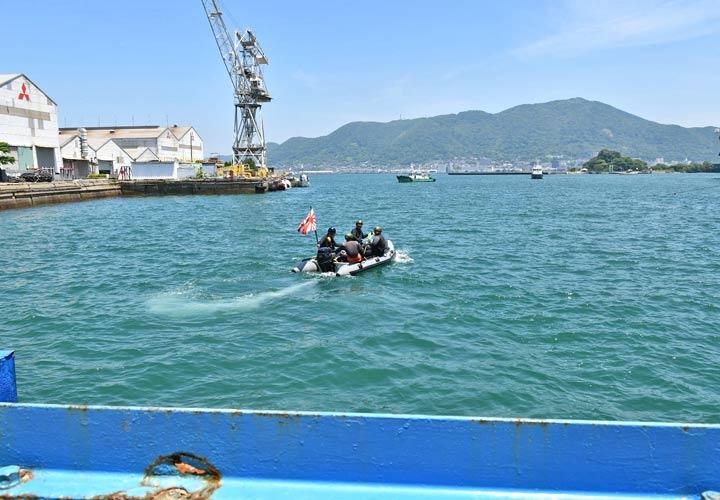 画像2: 関門海峡海底から砲弾2発を回収 海自下関基地隊