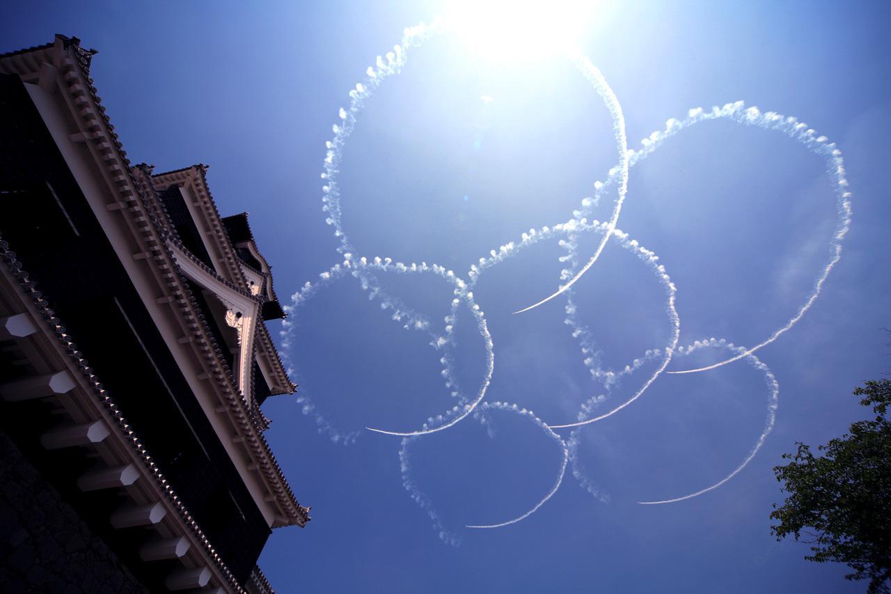画像: 管理人さんが選ぶ過去15年のベストショット第1位-2007年4月28日、熊本城築城400年祭にて ブルーインパルスファンネット様ご提供