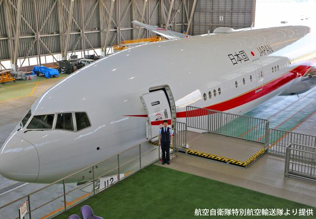 画像: 空自千歳基地の格納庫で、現政府専用機(B777-300ER)の前に立つ戸井田尚1空尉