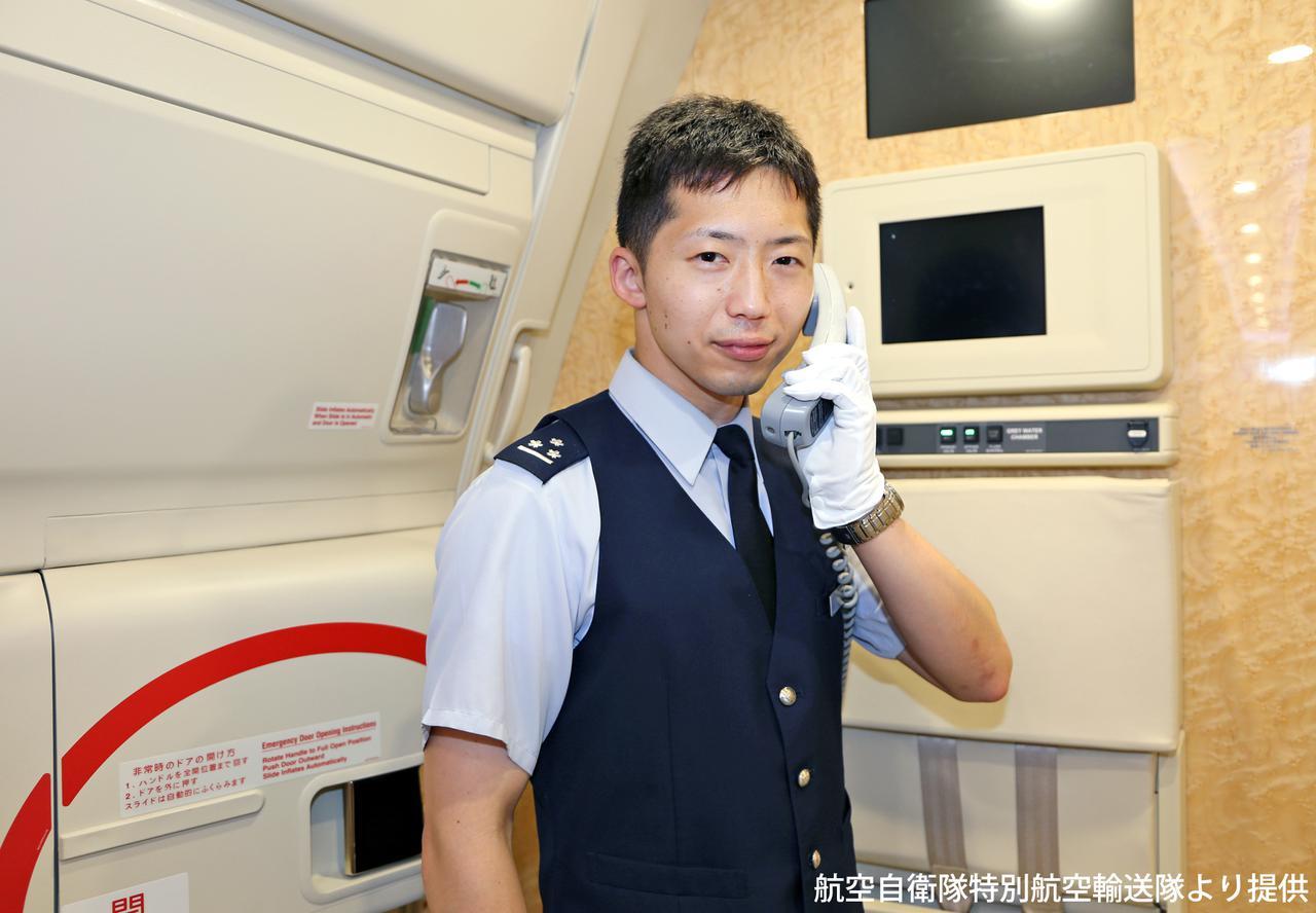画像: 現政府専用機(B777-300ER)の中で乗務中の様子を再現する戸井田尚1空尉