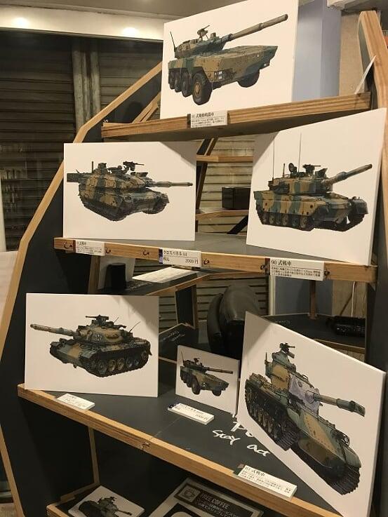 画像: 永遠の図書室での個展では、一輌さんのイラストやグッズが並ぶ 一輌さんより提供