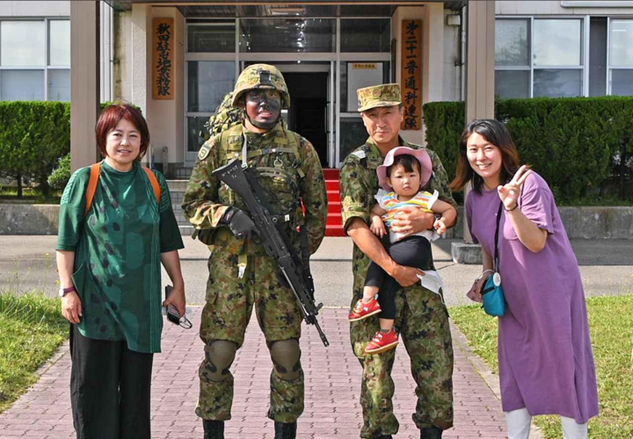 画像: 帰還の隊員に家族が祝福