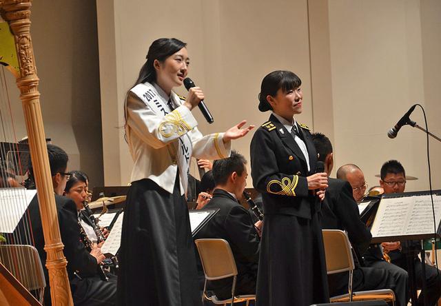 画像: 海自の歌姫:中川麻梨子3海曹(写真右)と(2019年9月25日)