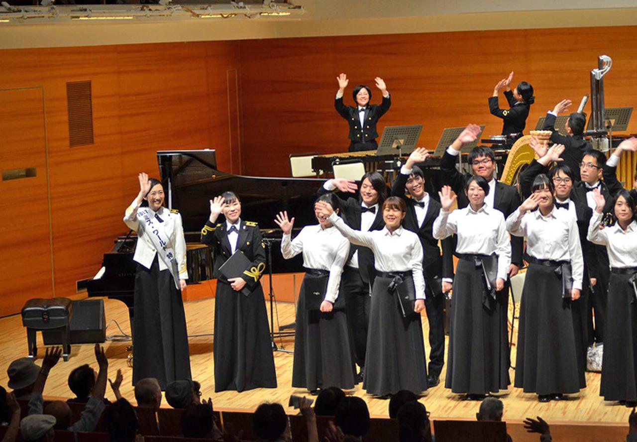 画像: 終了し聴衆へ手を振る木村さん(2019年9月25日)