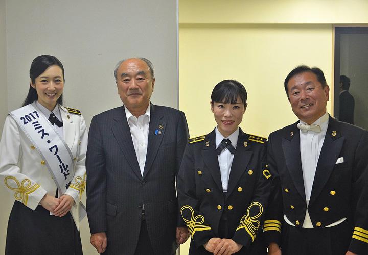 画像: (左から)木村さん、五泉市長、中川3海曹、音楽隊長(2019年9月25日)