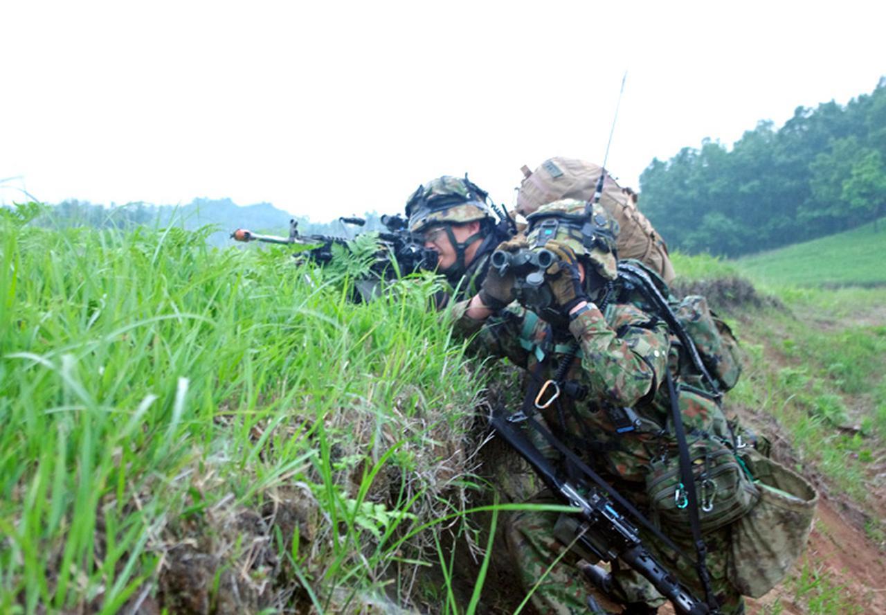 画像: 掩護射撃を実施する機関銃組