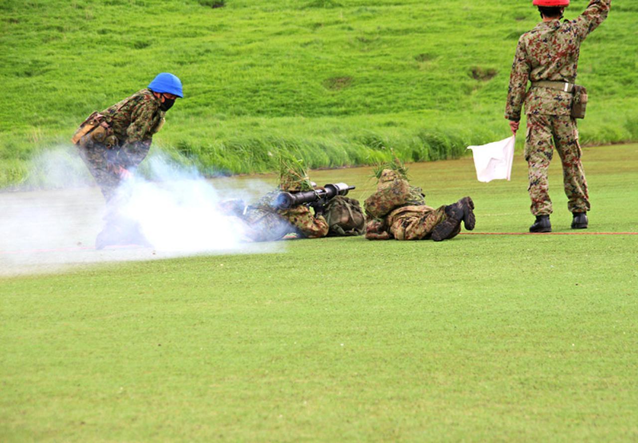 画像: 携帯対戦車弾の射撃