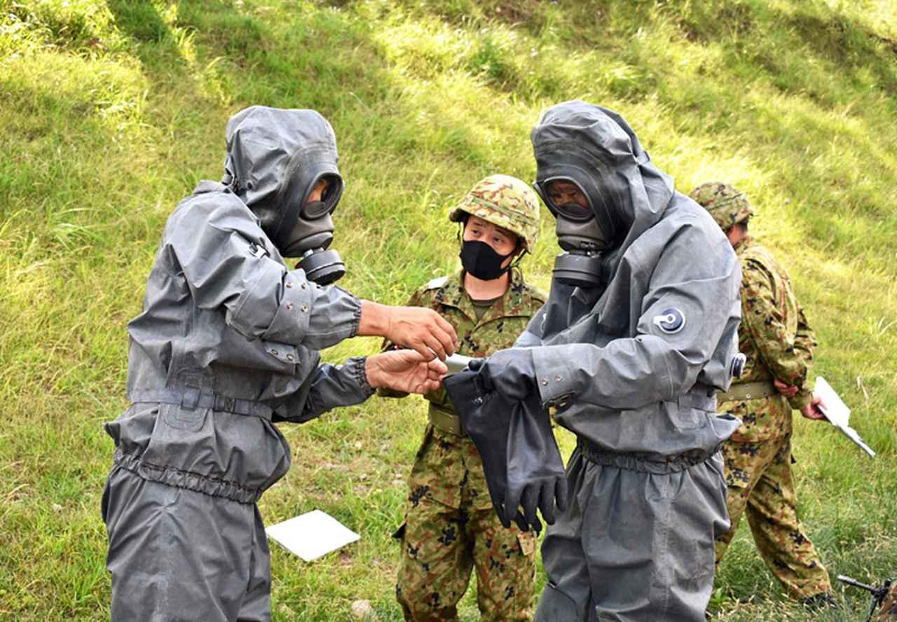 画像: 化学防護衣の着脱衣を行う施設作業小隊