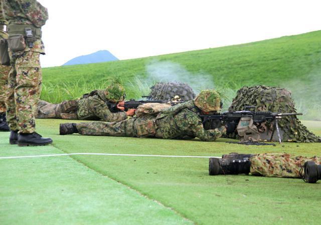 画像: 前進支援射撃を行う機関銃