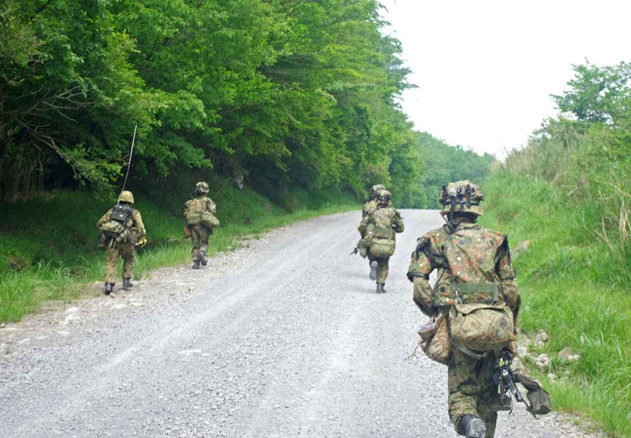 画像: 敵警戒部隊に緊迫する普通科中隊