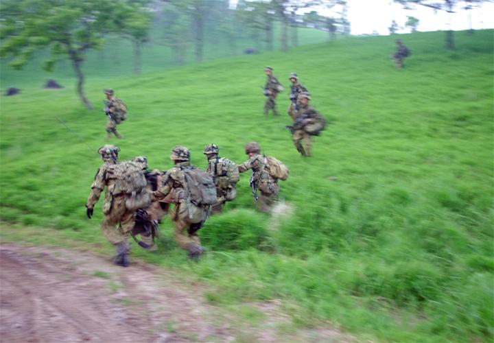 画像: 孤立した負傷者を後送する普通科中隊隊員