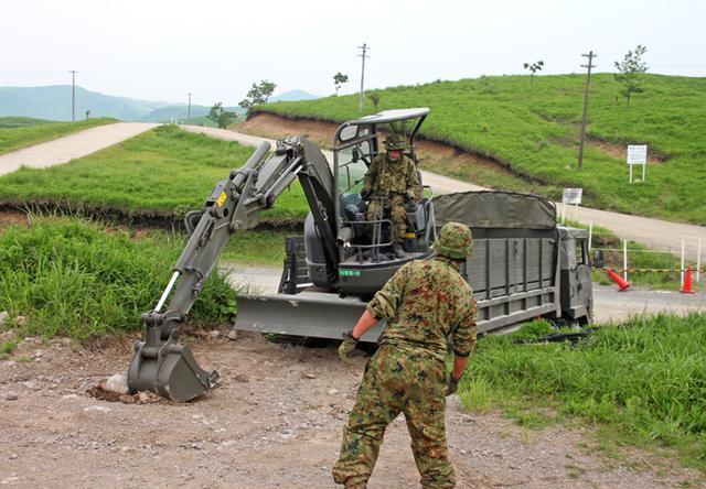 画像: ドーザーの卸下を行う施設作業小隊