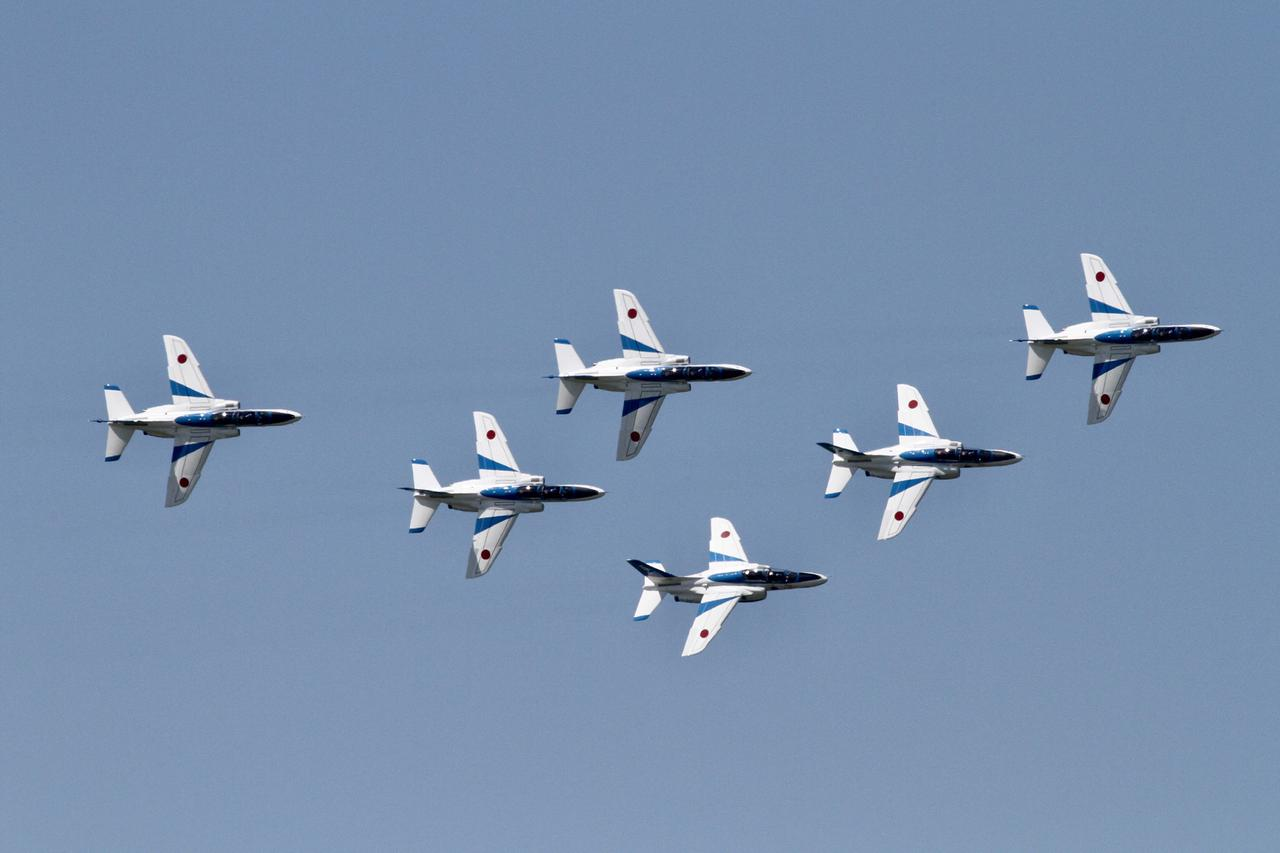 画像: 六機一斉にエルロンロールするボントンロールの間隔。