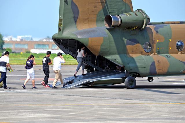 画像3: ヘリ体験搭乗 F2戦闘機パイロットが案内 栃木地本