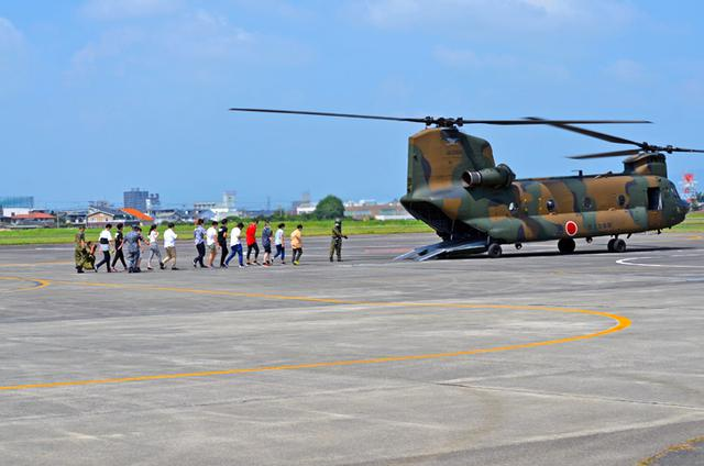 画像2: ヘリ体験搭乗 F2戦闘機パイロットが案内 栃木地本