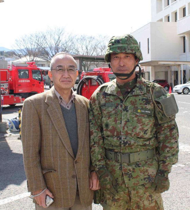 画像: 募集相談員N社長(左)-市街地行進訓練、小田原市役所にて