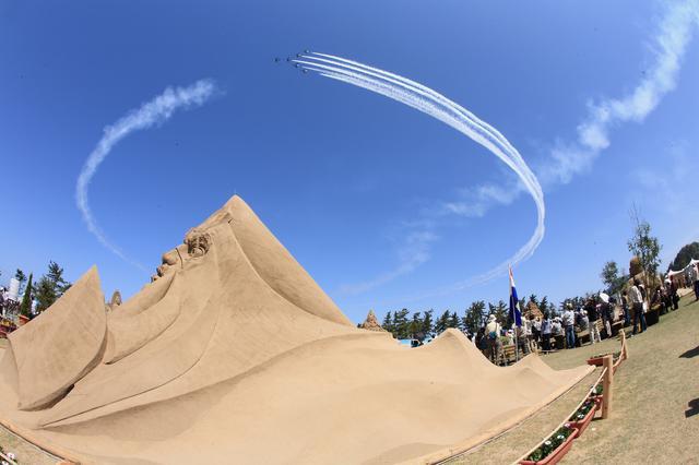 画像: スワン360ターン:鳥取砂像フェスティバルで見せた編隊連携機動飛行課目