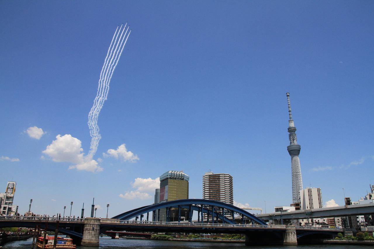 画像: ブルーインパルスの展示飛行の種類 曲技飛行(アクロバット飛行)、編隊連携機動飛行、航過飛行