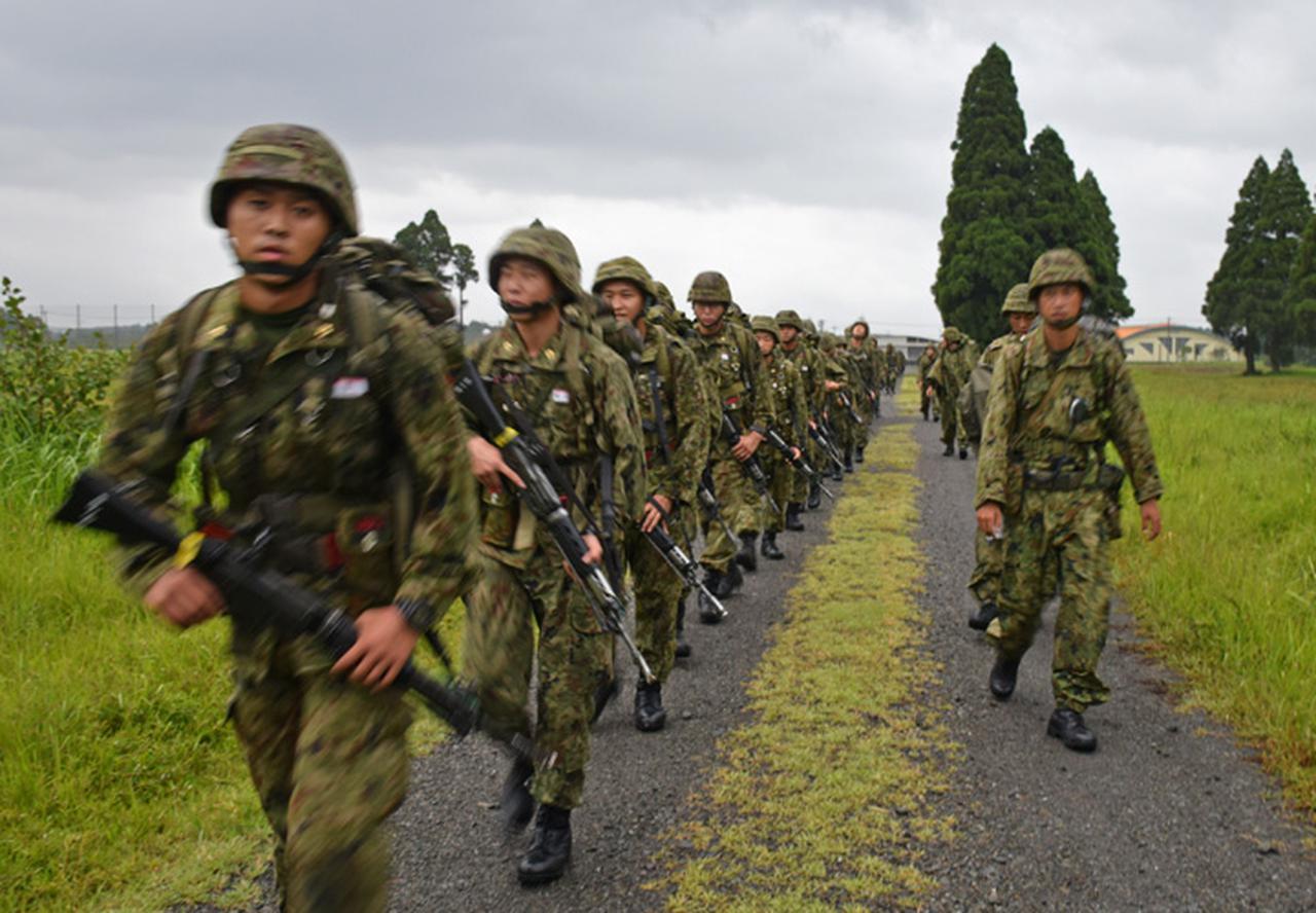 画像3: 新隊員が35キロ行進後、戦闘訓練 都城駐屯地