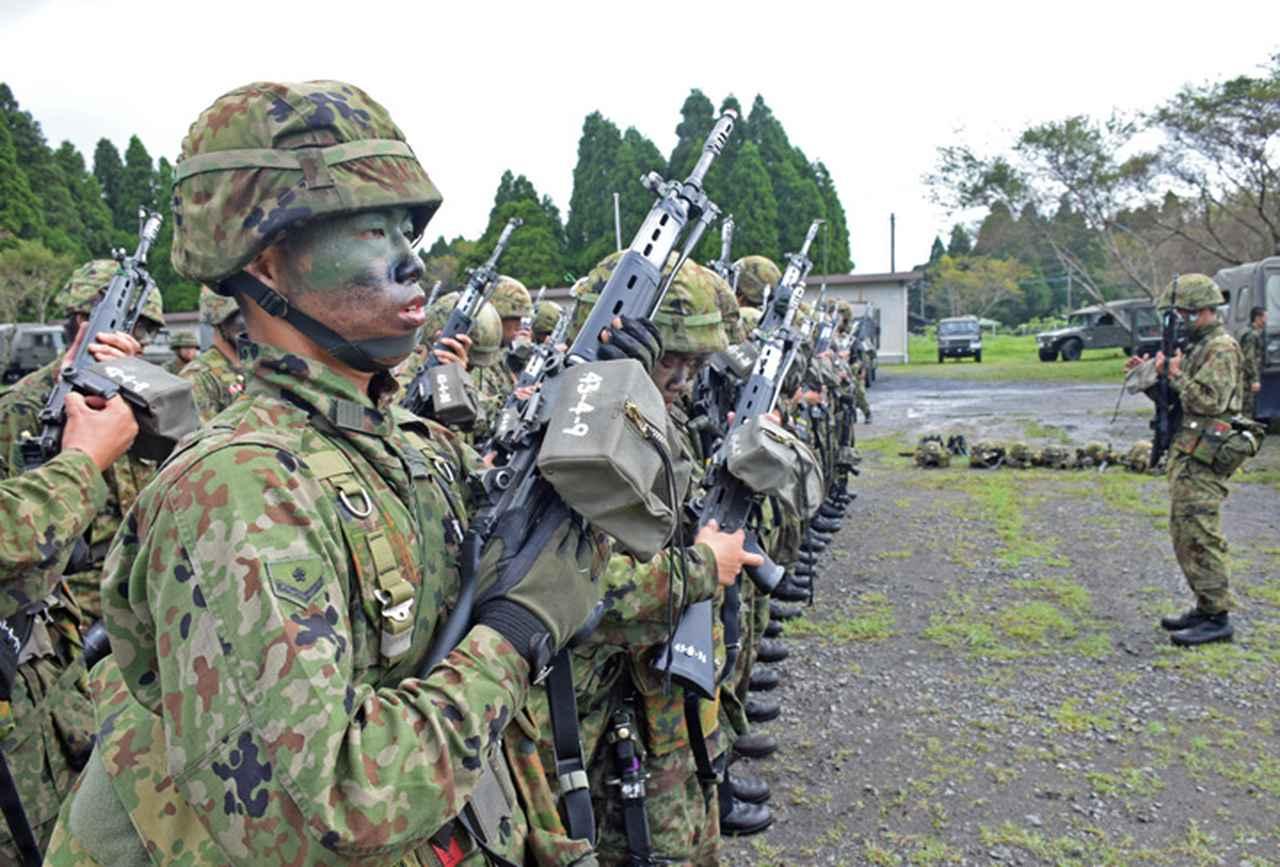 画像6: 新隊員が35キロ行進後、戦闘訓練 都城駐屯地