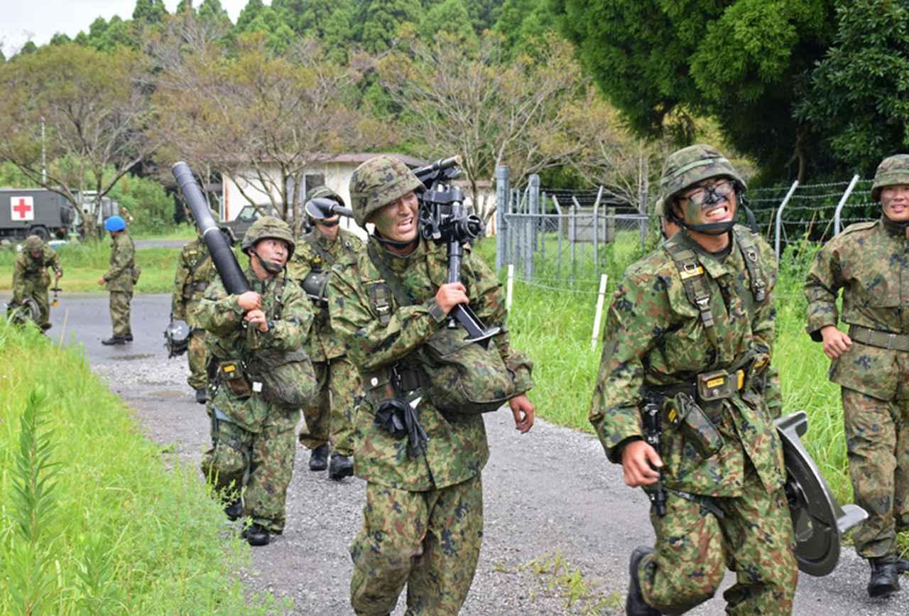 画像13: 新隊員が35キロ行進後、戦闘訓練 都城駐屯地