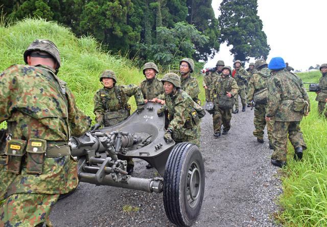 画像17: 新隊員が35キロ行進後、戦闘訓練|都城駐屯地