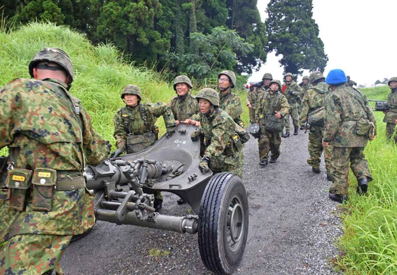 画像17: 新隊員が35キロ行進後、戦闘訓練 都城駐屯地