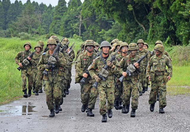 画像9: 新隊員が35キロ行進後、戦闘訓練|都城駐屯地