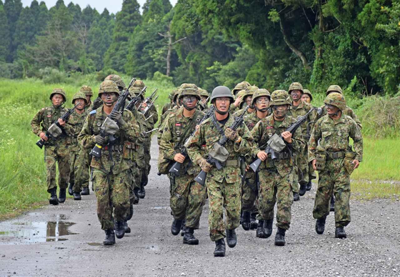 画像9: 新隊員が35キロ行進後、戦闘訓練 都城駐屯地