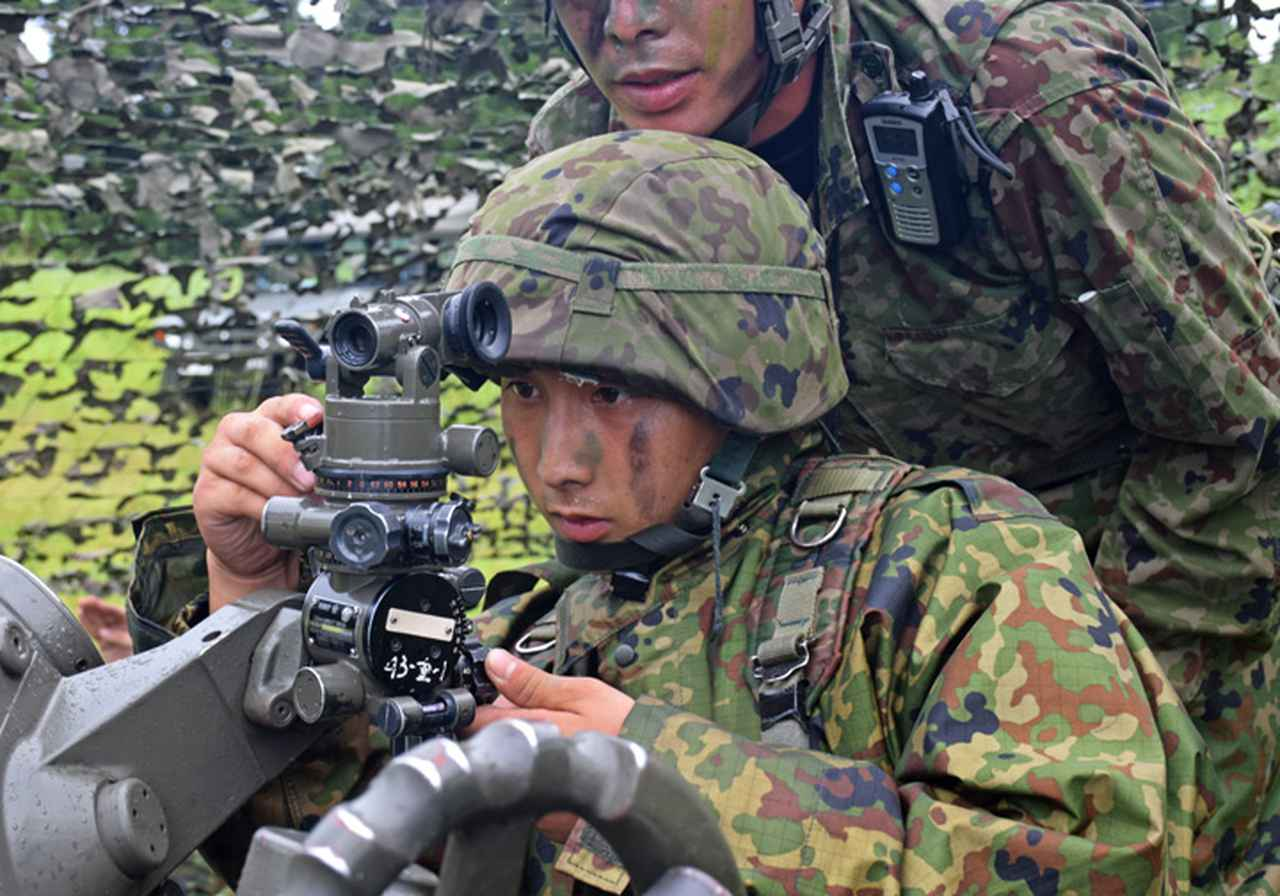 画像14: 新隊員が35キロ行進後、戦闘訓練 都城駐屯地