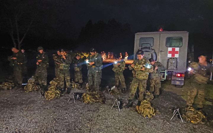 画像5: 新隊員が35キロ行進後、戦闘訓練 都城駐屯地