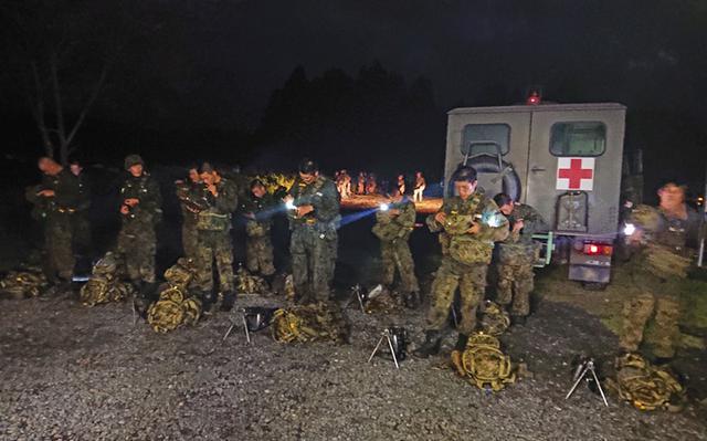 画像5: 新隊員が35キロ行進後、戦闘訓練|都城駐屯地