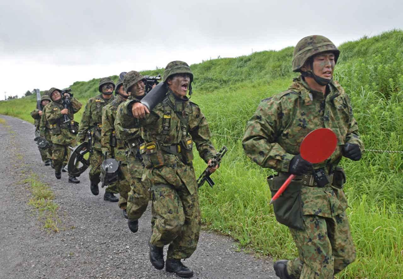 画像10: 新隊員が35キロ行進後、戦闘訓練 都城駐屯地