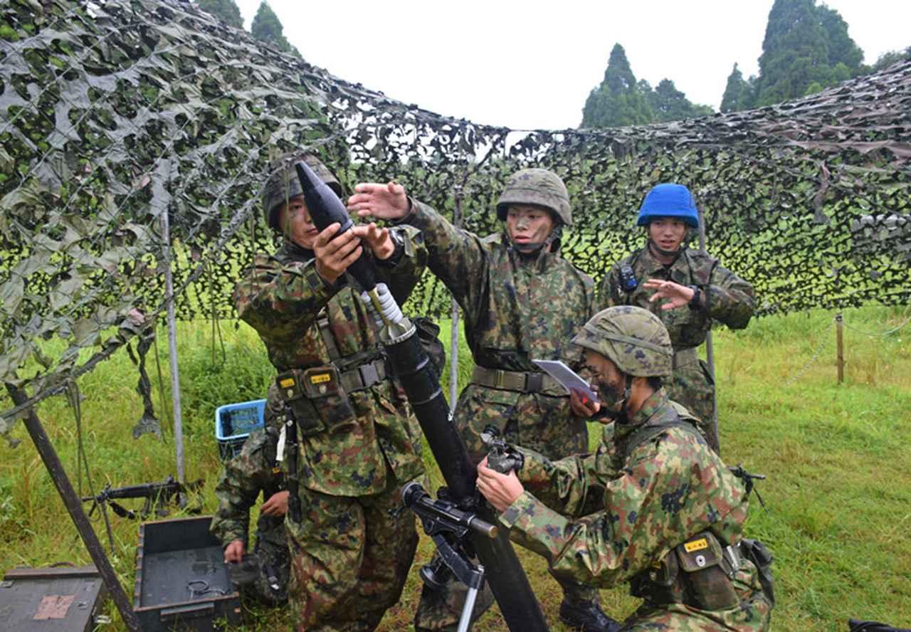画像12: 新隊員が35キロ行進後、戦闘訓練 都城駐屯地