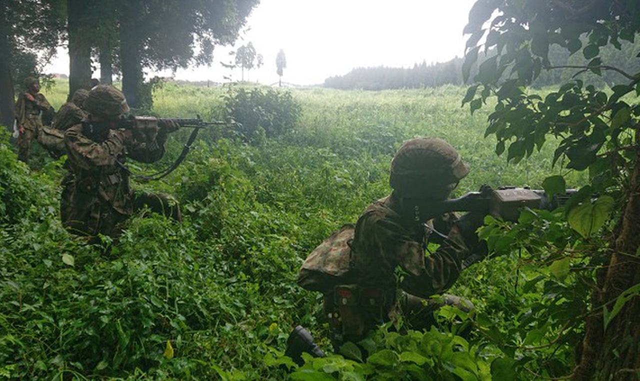 画像7: 新隊員が35キロ行進後、戦闘訓練 都城駐屯地