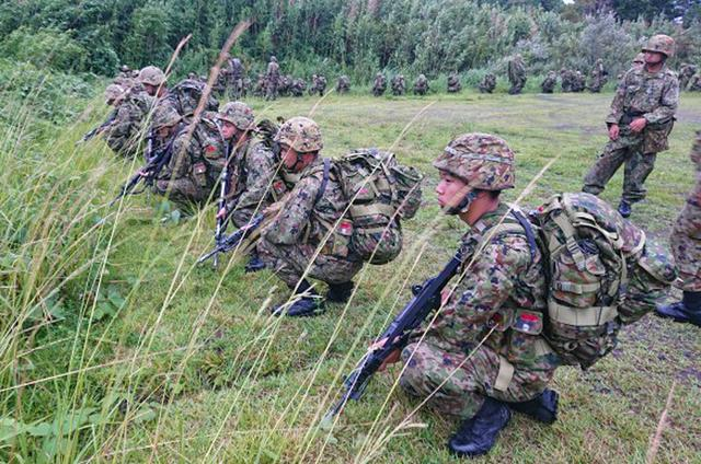 画像2: 新隊員が35キロ行進後、戦闘訓練|都城駐屯地