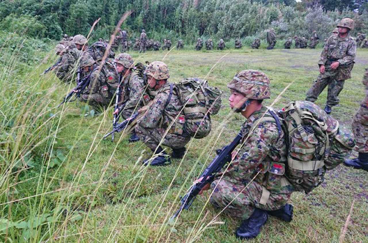 画像2: 新隊員が35キロ行進後、戦闘訓練 都城駐屯地