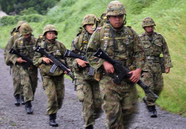画像1: 新隊員が35キロ行進後、戦闘訓練|都城駐屯地