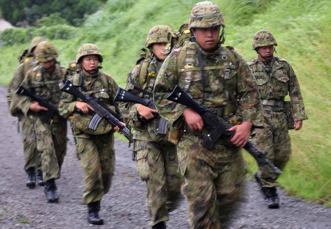 画像1: 新隊員が35キロ行進後、戦闘訓練 都城駐屯地