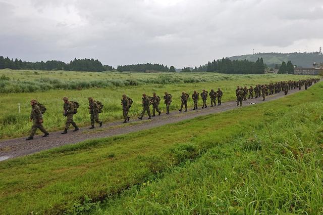 画像4: 新隊員が35キロ行進後、戦闘訓練|都城駐屯地