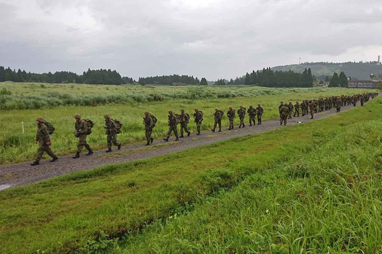 画像4: 新隊員が35キロ行進後、戦闘訓練 都城駐屯地