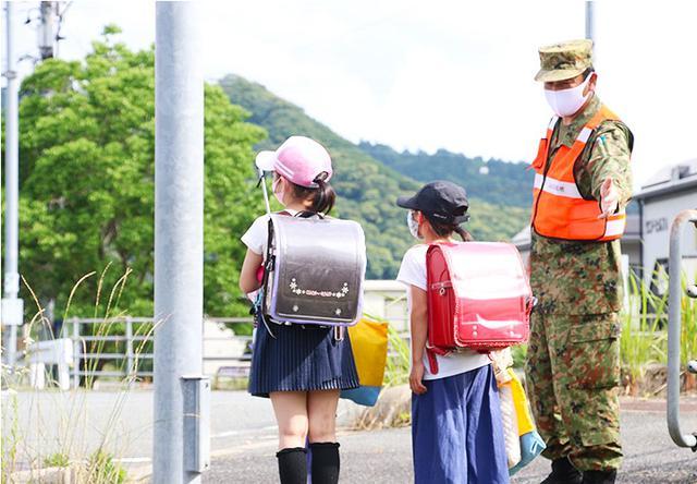 画像1: 愛称は「オレンジマン」 隊員有志が地域見守り隊|山口駐屯地