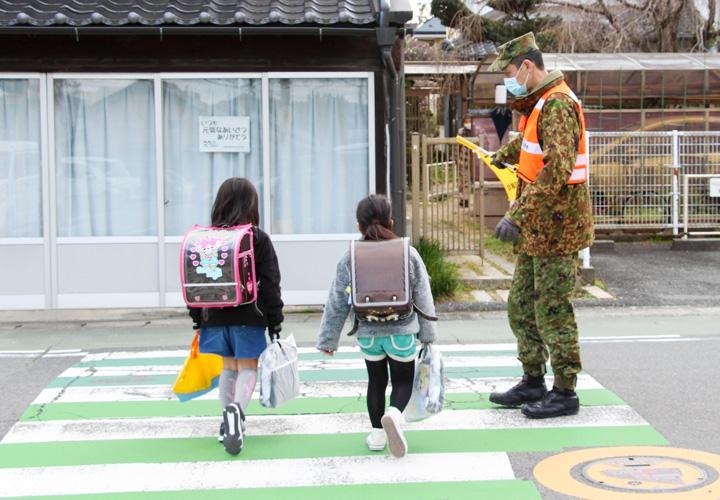 画像2: 愛称は「オレンジマン」 隊員有志が地域見守り隊 山口駐屯地