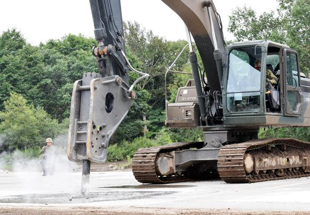 画像1: 滑走路復旧 浮上コンクリート除去