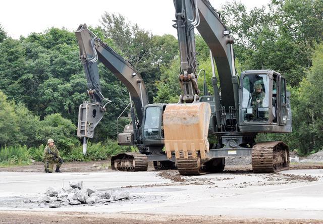 画像1: 滑走路復旧 コンクリート打設