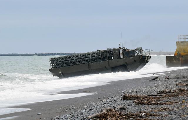 画像: 94式水際地雷敷設車による障害構成
