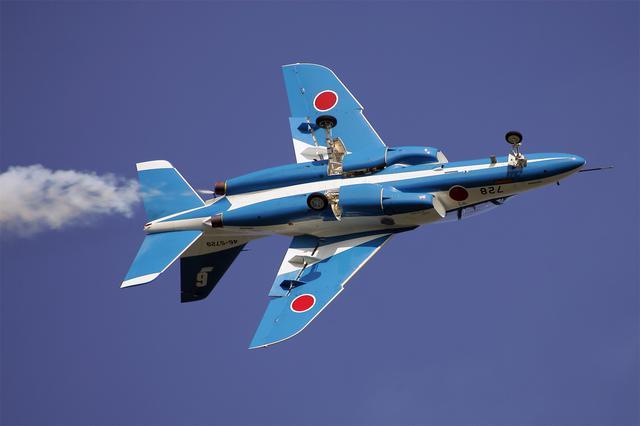 画像: 《ロールオンテイクオフ、ブルーインパルスの技量と航空機の性能を示す課目。操縦は現第6飛行隊長の草薙樹一郎1空尉(当時)》