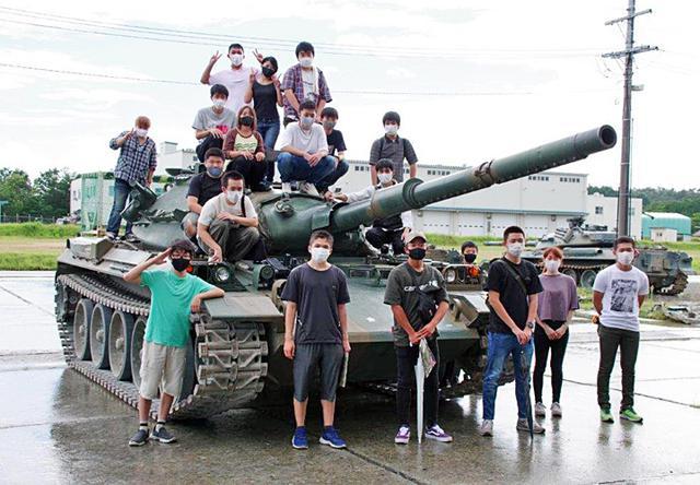 画像1: 若者が今津駐屯地で74式戦車試乗|岐阜地本