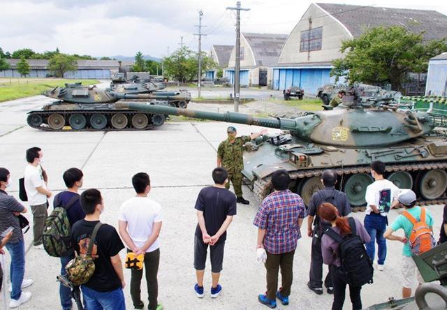 画像4: 若者が今津駐屯地で74式戦車試乗|岐阜地本